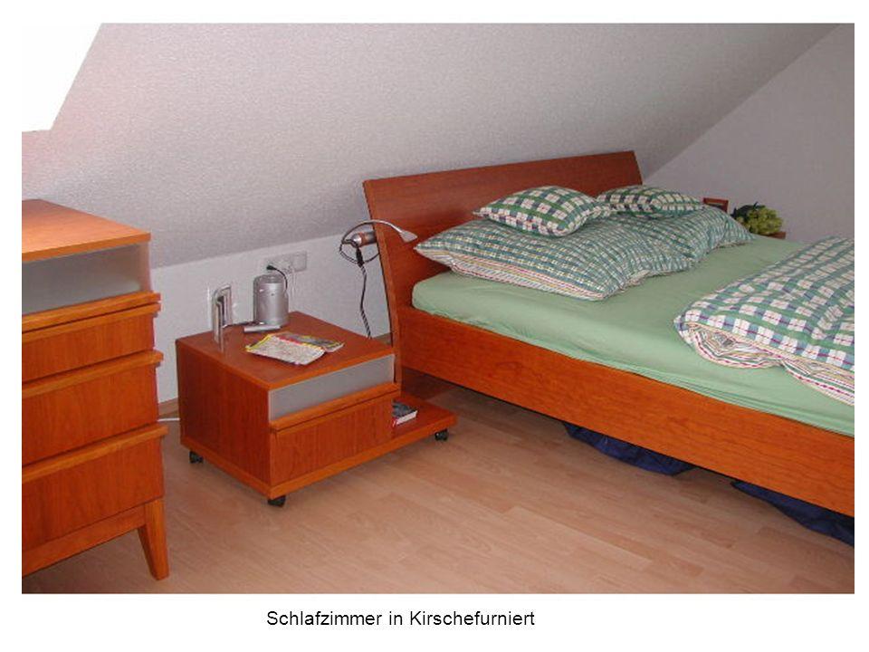 Schlafzimmerschrank in Kirsche furniert mit satinierten Glasfüllungen