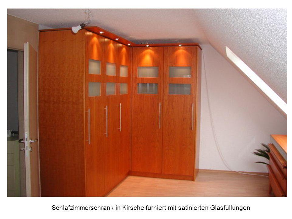 Garderobe in Eiche hell mit Türumbau und offenen Regalen