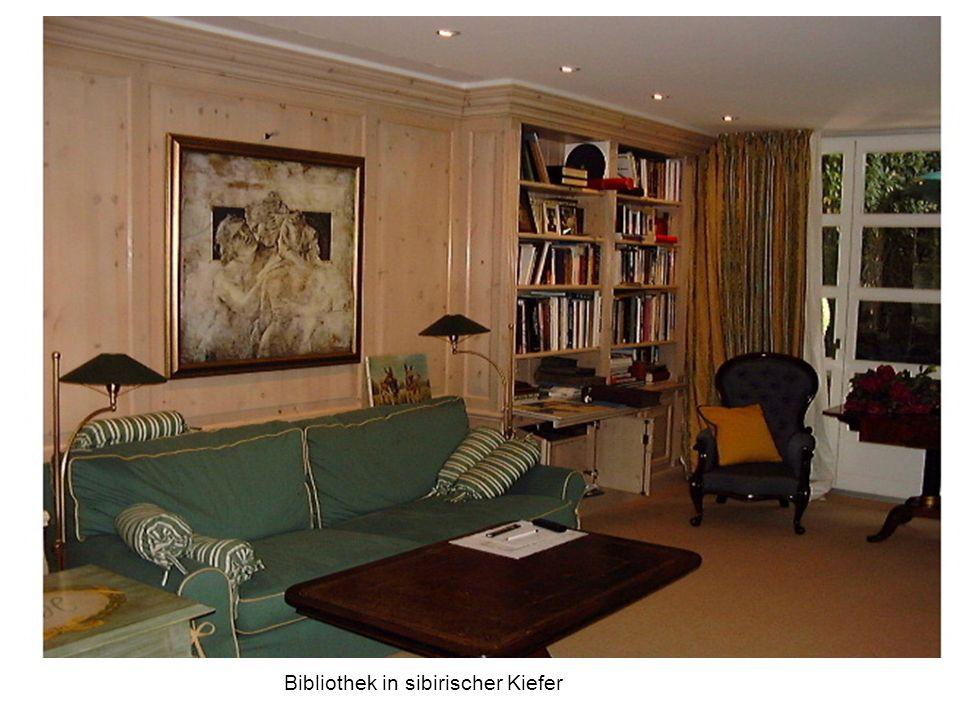Blick in ein Ankleidezimmer mit Wandhängenden Schubkastenkorpussen