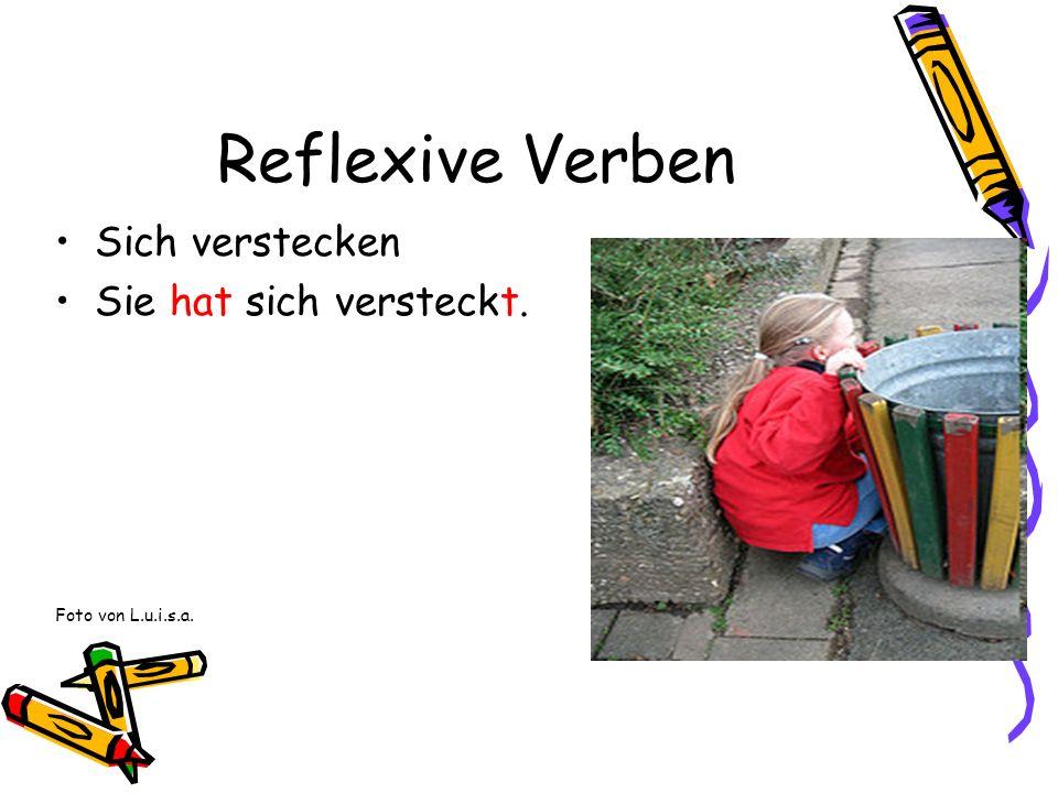 Reflexive Verben Sich verstecken Sie hat sich versteckt. Foto von L.u.i.s.a.