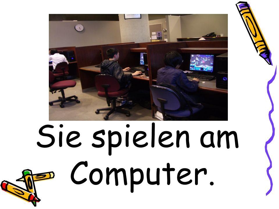Sie spielen am Computer.