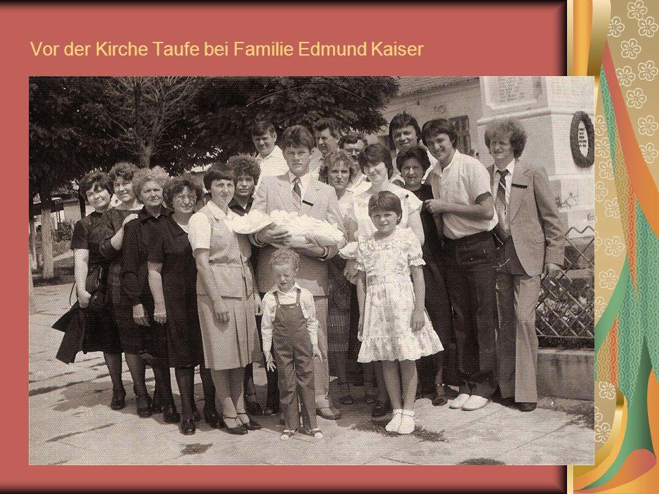 Vor der Kirche Taufe bei Familie Edmund Kaiser
