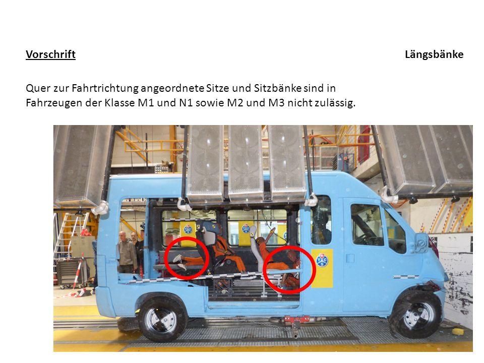 Quer zur Fahrtrichtung angeordnete Sitze und Sitzbänke sind in Fahrzeugen der Klasse M1 und N1 sowie M2 und M3 nicht zulässig. Vorschrift