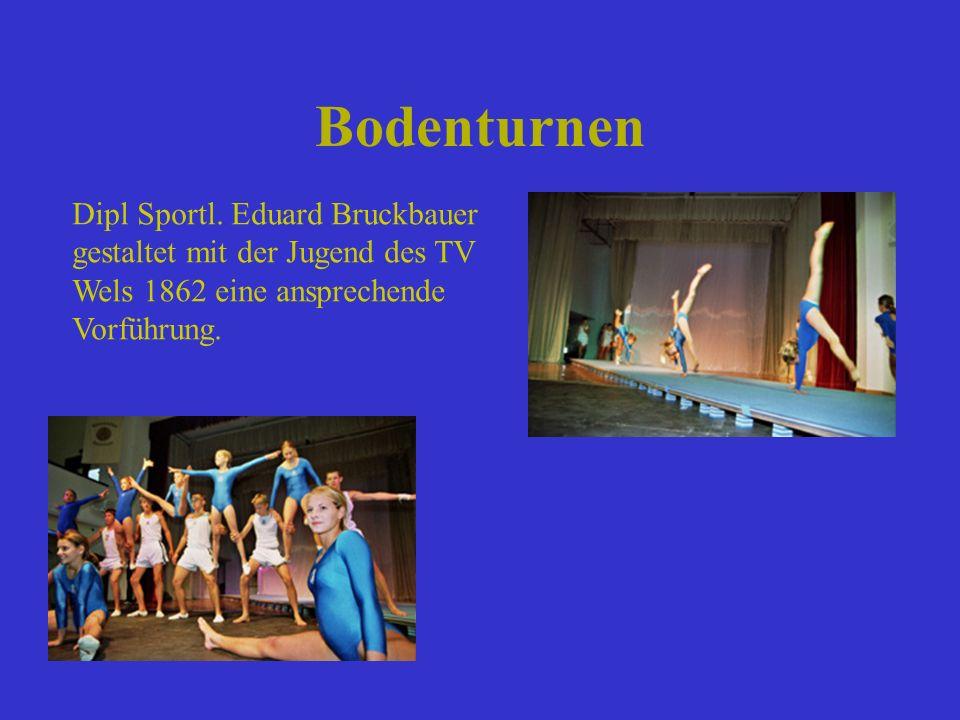 Bodenturnen Dipl Sportl. Eduard Bruckbauer gestaltet mit der Jugend des TV Wels 1862 eine ansprechende Vorführung.