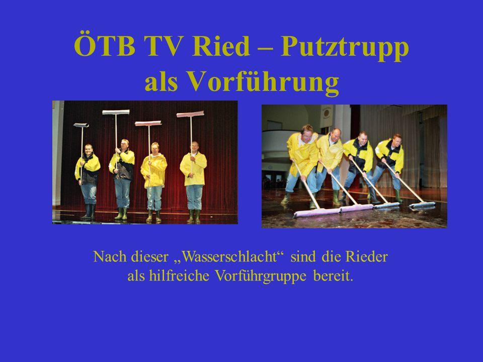 ÖTB TV Ried – Putztrupp als Vorführung Nach dieser Wasserschlacht sind die Rieder als hilfreiche Vorführgruppe bereit.