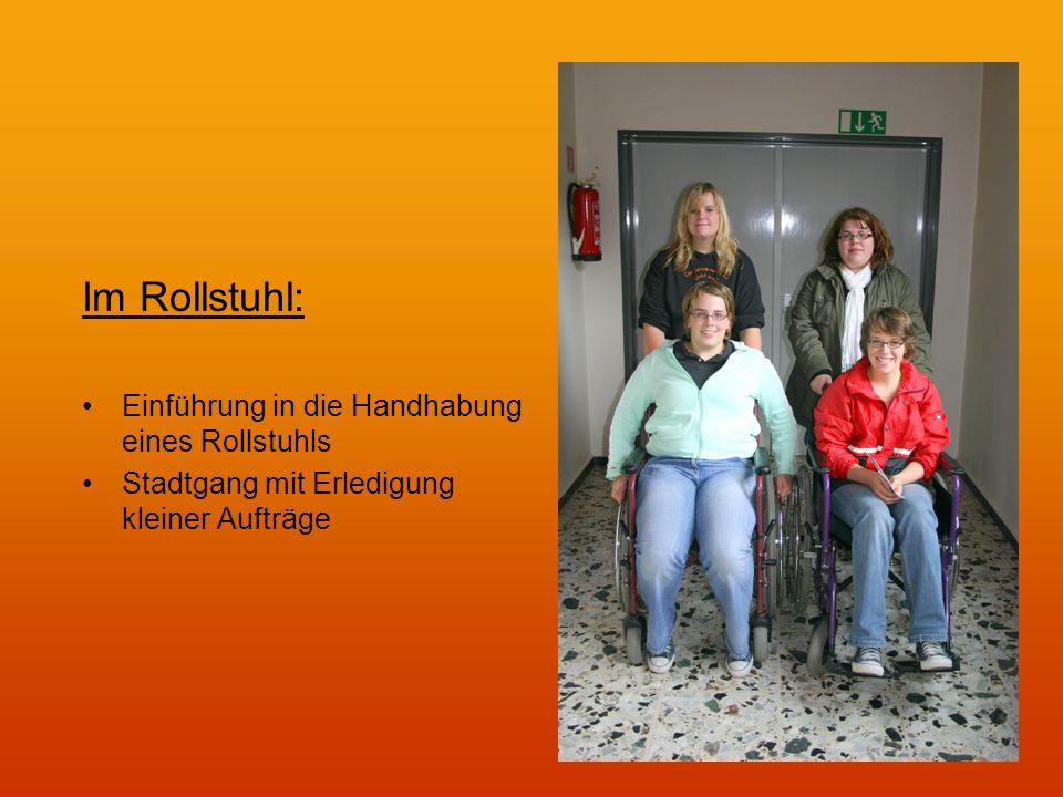 Im Rollstuhl: Einführung in die Handhabung eines Rollstuhls Stadtgang mit Erledigung kleiner Aufträge