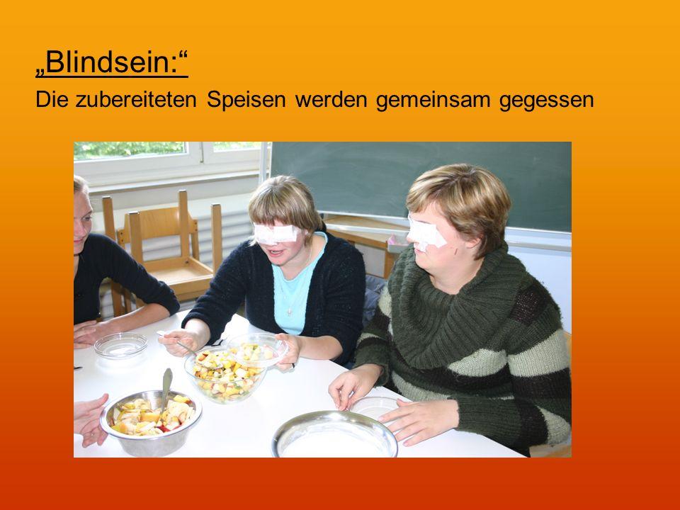 Blindsein: Die zubereiteten Speisen werden gemeinsam gegessen