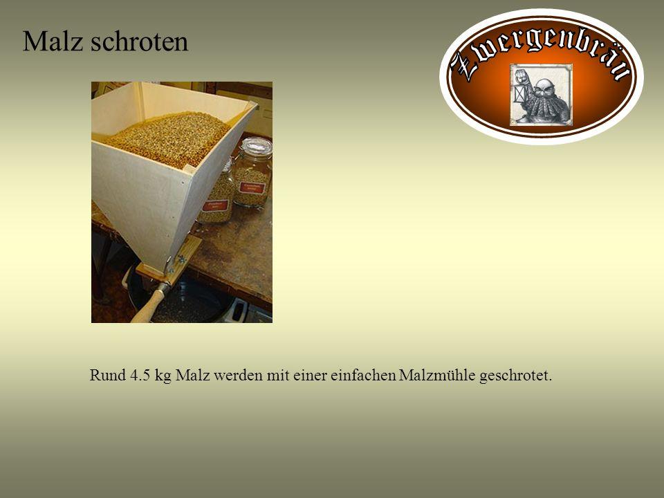 Malz schroten Rund 4.5 kg Malz werden mit einer einfachen Malzmühle geschrotet.