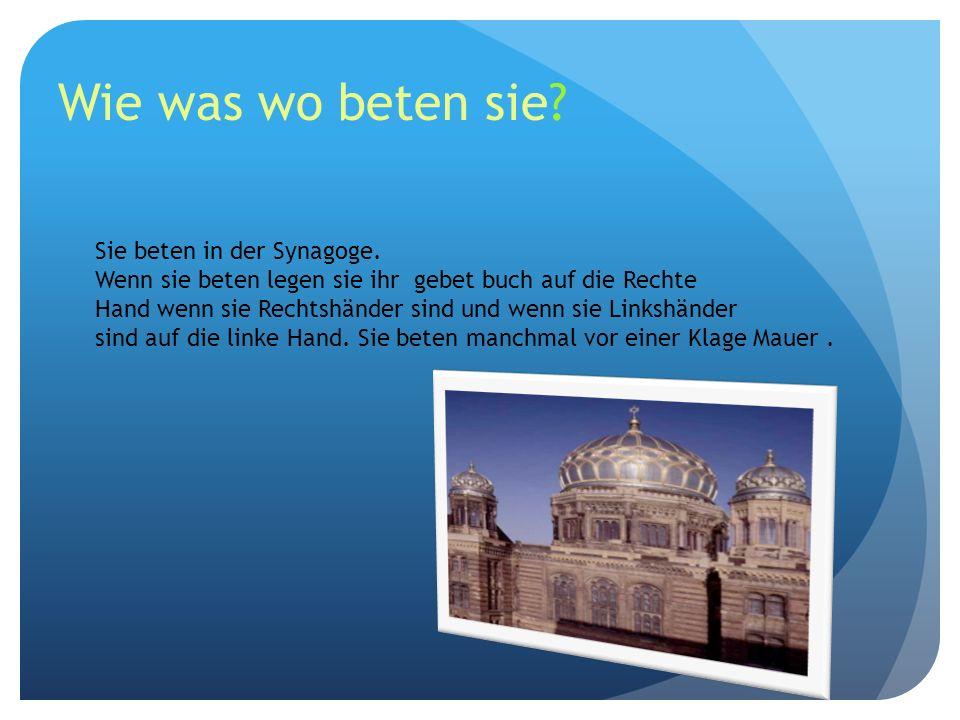 Wie was wo beten sie? Sie beten in der Synagoge. Wenn sie beten legen sie ihr gebet buch auf die Rechte Hand wenn sie Rechtshänder sind und wenn sie L