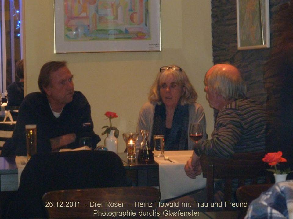 26.12.2011 – Drei Rosen – Heinz Howald mit Frau und Freund Photographie durchs Glasfenster