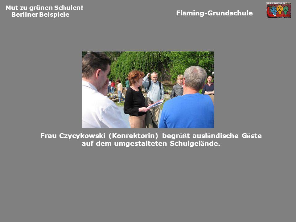 Mut zu grünen Schulen! Berliner Beispiele Fl ä ming-Grundschule Frau Czycykowski (Konrektorin) begr üß t ausl ä ndische G ä ste auf dem umgestalteten