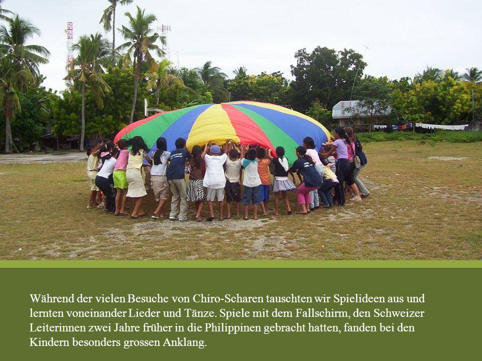 Während der vielen Besuche von Chiro-Scharen tauschten wir Spielideen aus und lernten voneinander Lieder und Tänze. Spiele mit dem Fallschirm, den Sch