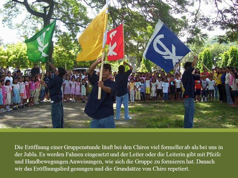 Die Eröffnung einer Gruppenstunde läuft bei den Chiros viel formeller ab als bei uns in der Jubla.
