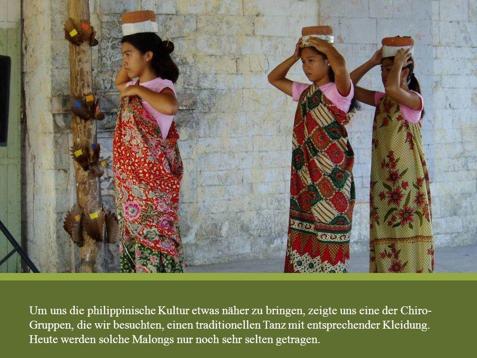 Um uns die philippinische Kultur etwas näher zu bringen, zeigte uns eine der Chiro- Gruppen, die wir besuchten, einen traditionellen Tanz mit entsprechender Kleidung.