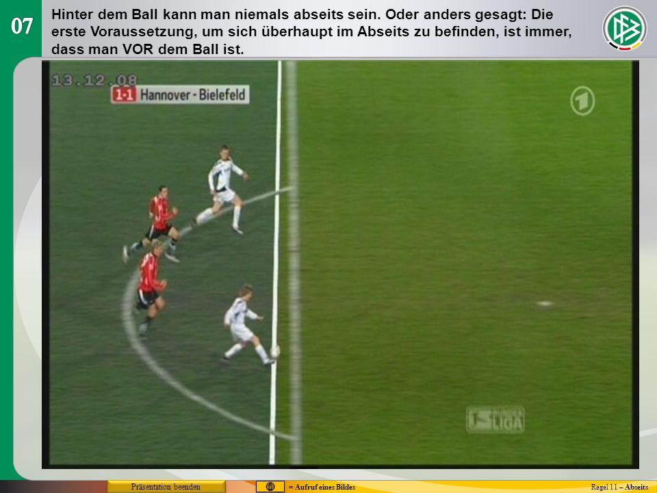 Abseits - Stören eines Gegenspielers Regel 11 – Abseits Ein Angreifer in einer Abseitsstellung (A) rennt zum Ball und hindert den Gegner (B) daran, den Ball zu spielen oder spielen zu können.