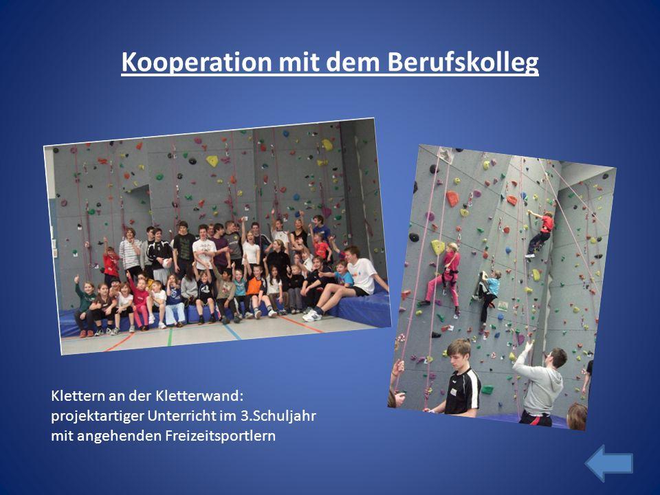 Kooperation mit dem Berufskolleg Klettern an der Kletterwand: projektartiger Unterricht im 3.Schuljahr mit angehenden Freizeitsportlern