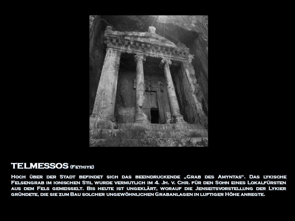 TELMESSOS (Fethiye) Hoch über der Stadt befindet sich das beeindruckende Grab des Amyntas. Das lykische Felsengrab im ionischen Stil wurde vermutlich