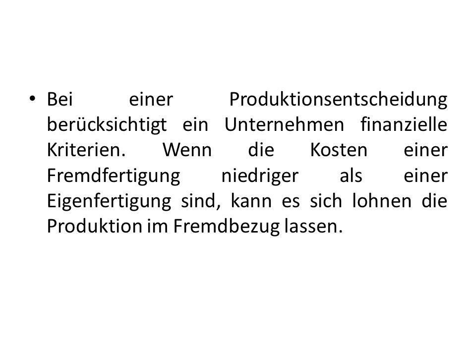 Bei einer Produktionsentscheidung berücksichtigt ein Unternehmen finanzielle Kriterien. Wenn die Kosten einer Fremdfertigung niedriger als einer Eigen