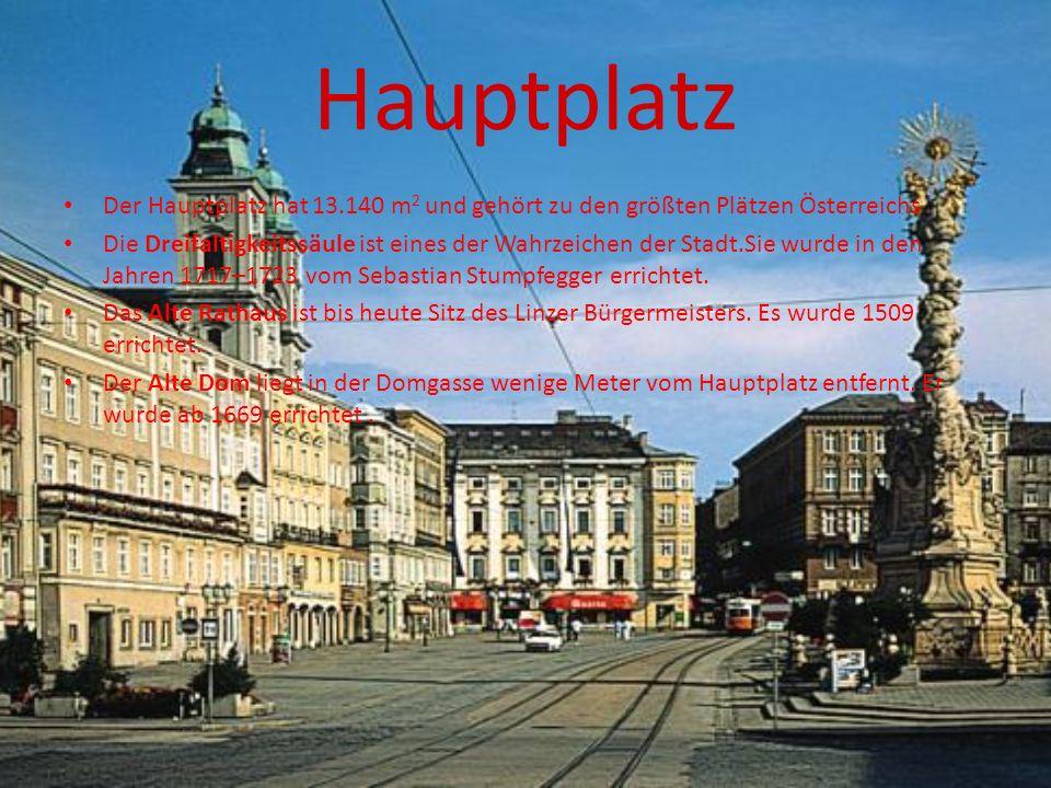 Hauptplatz Der Hauptplatz hat 13.140 m 2 und gehört zu den größten Plätzen Österreichs Die Dreifaltigkeitssäule ist eines der Wahrzeichen der Stadt.Sie wurde in den Jahren 1717–1723 vom Sebastian Stumpfegger errichtet.
