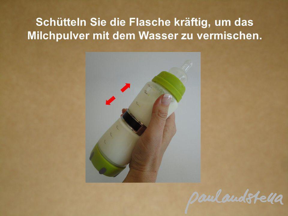 Schütteln Sie die Flasche kräftig, um das Milchpulver mit dem Wasser zu vermischen.