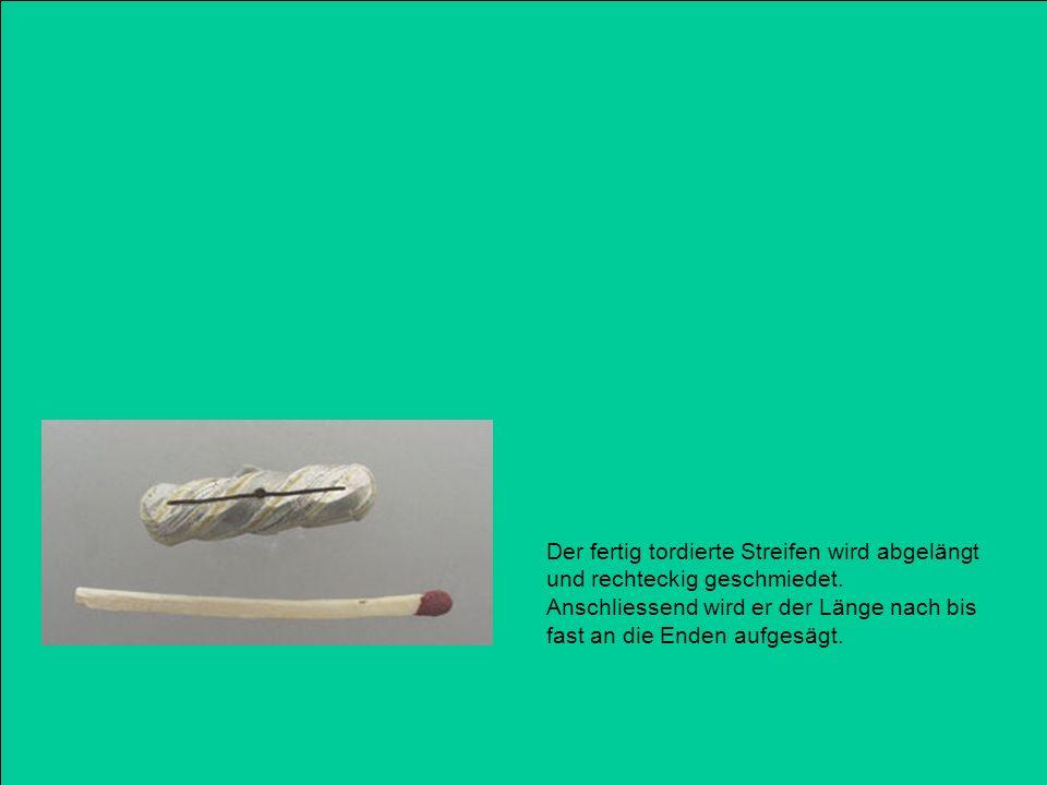 Der fertig tordierte Streifen wird abgelängt und rechteckig geschmiedet. Anschliessend wird er der Länge nach bis fast an die Enden aufgesägt.