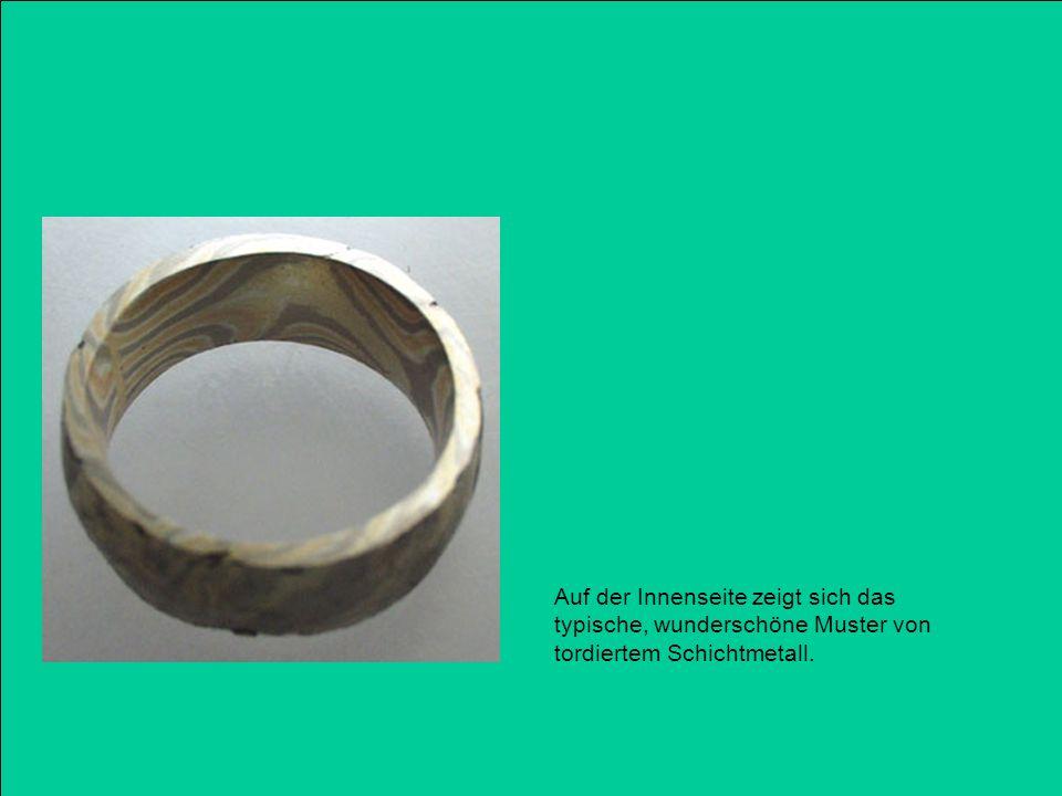 Auf der Innenseite zeigt sich das typische, wunderschöne Muster von tordiertem Schichtmetall.