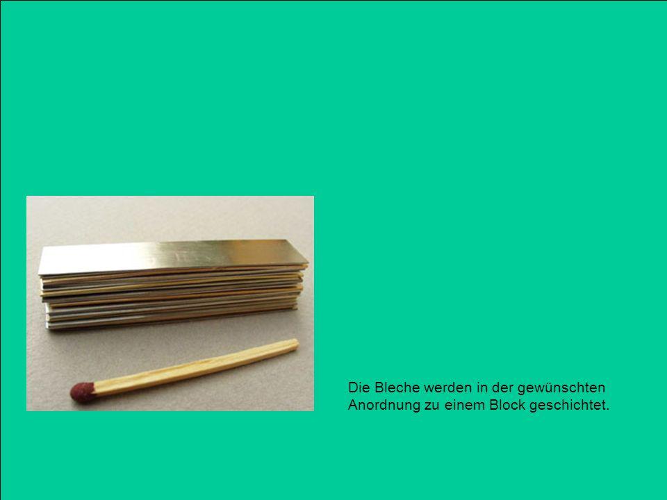 Die Bleche werden in der gewünschten Anordnung zu einem Block geschichtet.
