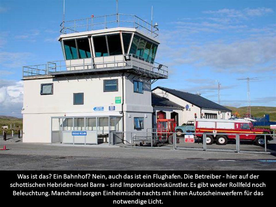Was ist das? Ein Bahnhof? Nein, auch das ist ein Flughafen. Die Betreiber - hier auf der schottischen Hebriden-Insel Barra - sind Improvisationskünstl