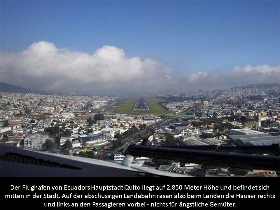 Der Flughafen von Ecuadors Hauptstadt Quito liegt auf 2.850 Meter Höhe und befindet sich mitten in der Stadt. Auf der abschüssigen Landebahn rasen als