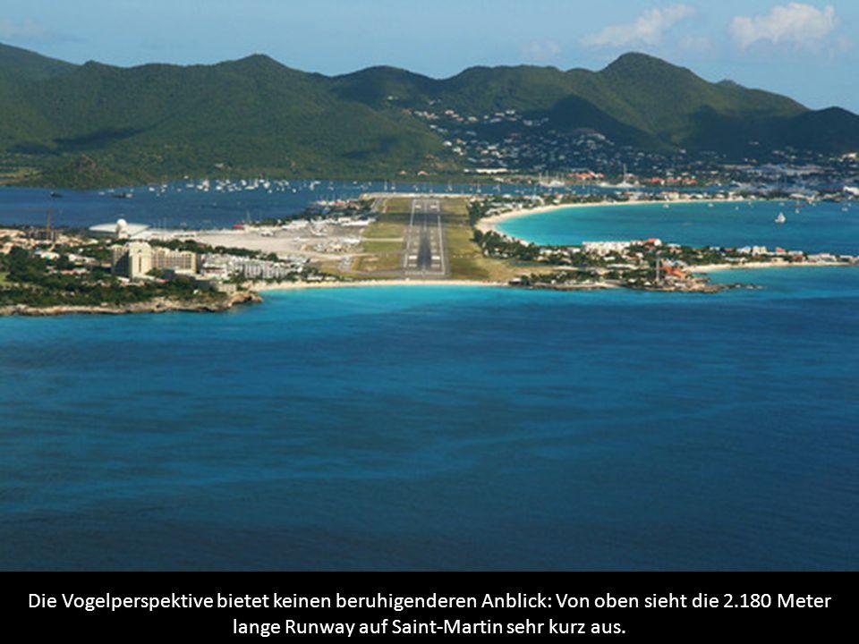 Die Vogelperspektive bietet keinen beruhigenderen Anblick: Von oben sieht die 2.180 Meter lange Runway auf Saint-Martin sehr kurz aus.