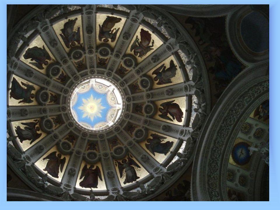Eine Farbensymphonie überwältig die Sinne: Die Ikonenreihen zeigen in den einzelnen Feldern die Gottesmutter, die Erzengel Gabriel und Michael und die Kaiserin Helena.