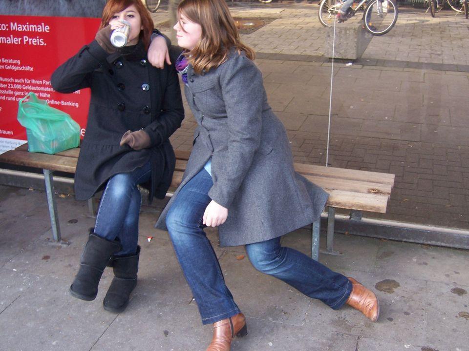 An der Bushaltestelle genossen sie ihr Bier bis…
