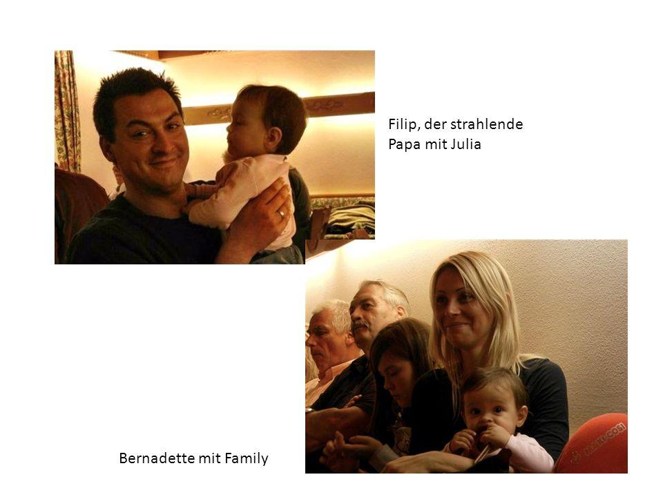 Filip, der strahlende Papa mit Julia Bernadette mit Family