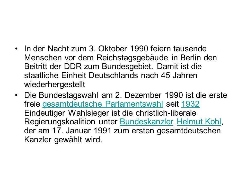 In der Nacht zum 3. Oktober 1990 feiern tausende Menschen vor dem Reichstagsgebäude in Berlin den Beitritt der DDR zum Bundesgebiet. Damit ist die sta