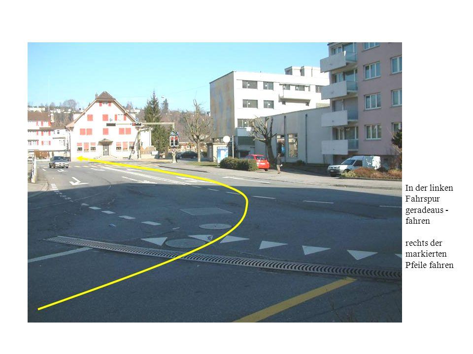 In der linken Fahrspur geradeaus - fahren rechts der markierten Pfeile fahren