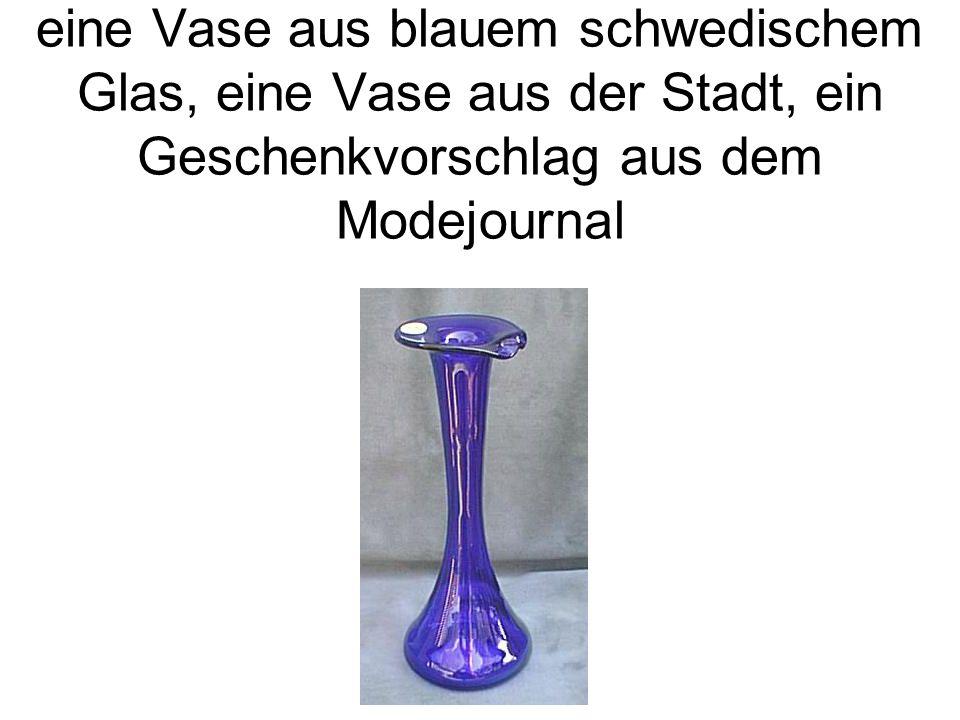 eine Vase aus blauem schwedischem Glas, eine Vase aus der Stadt, ein Geschenkvorschlag aus dem Modejournal