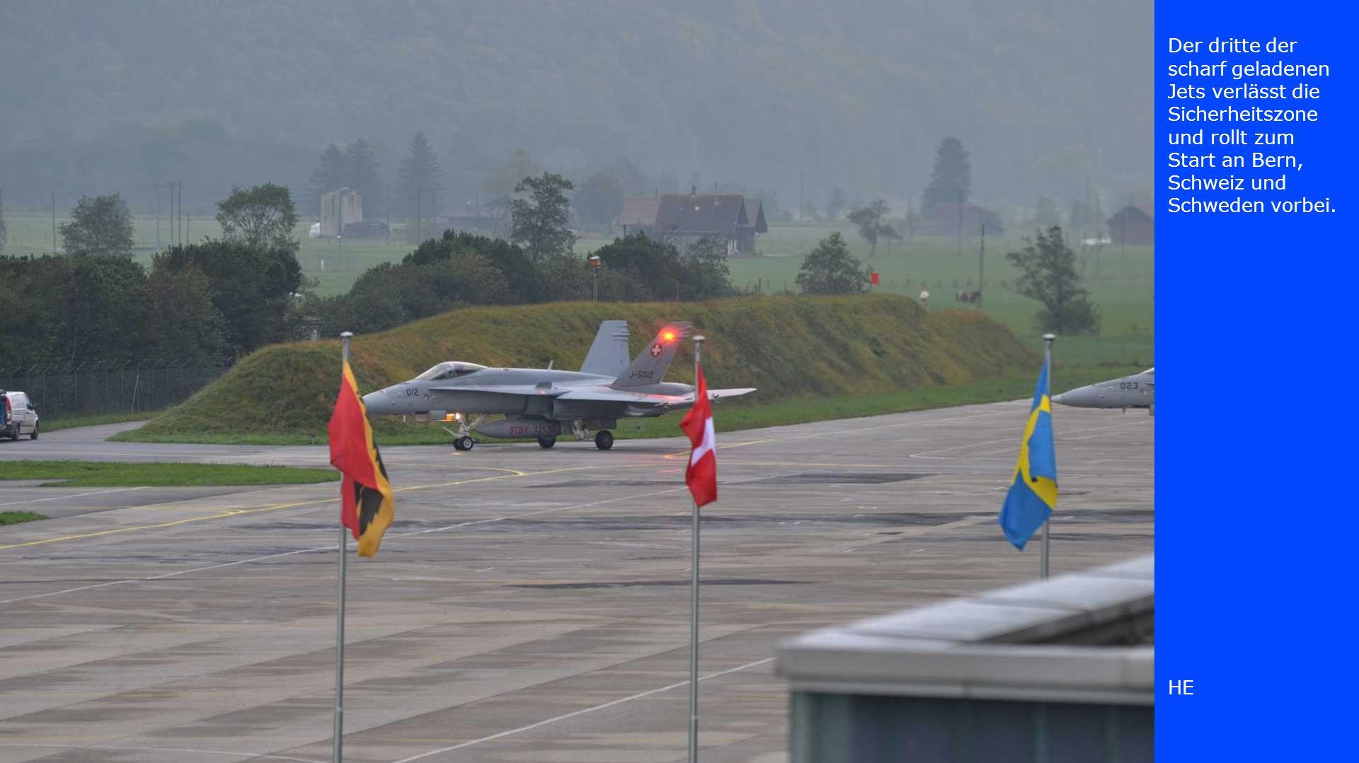 Der dritte der scharf geladenen Jets verlässt die Sicherheitszone und rollt zum Start an Bern, Schweiz und Schweden vorbei. HE
