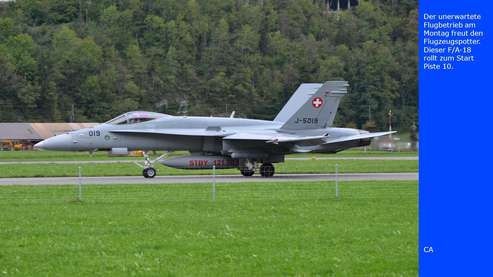 Der unerwartete Flugbetrieb am Montag freut den Flugzeugspotter. Dieser F/A-18 rollt zum Start Piste 10. CA