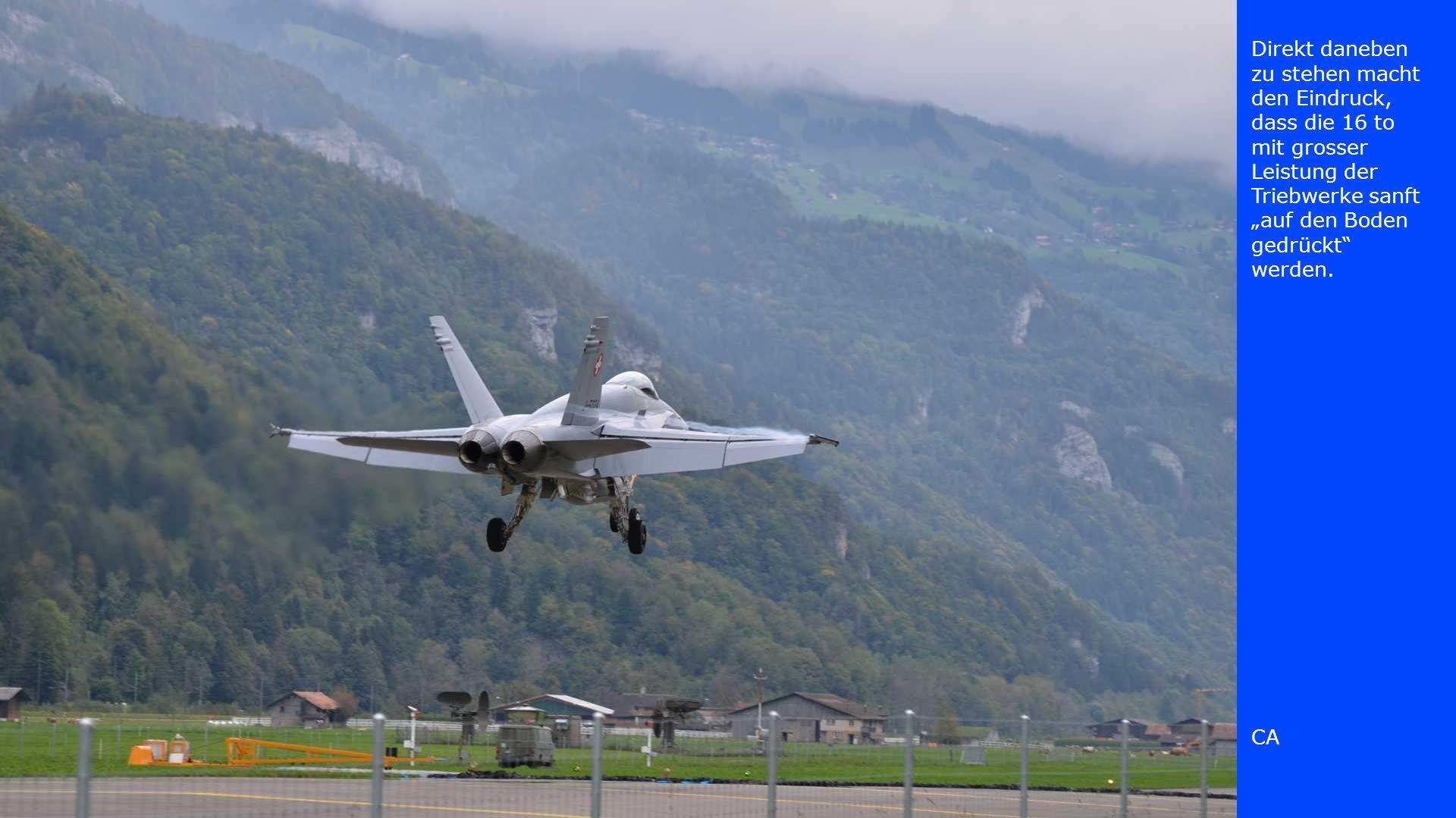 Der dritte der scharf geladenen Jets verlässt die Sicherheitszone und rollt zum Start an Bern, Schweiz und Schweden vorbei.