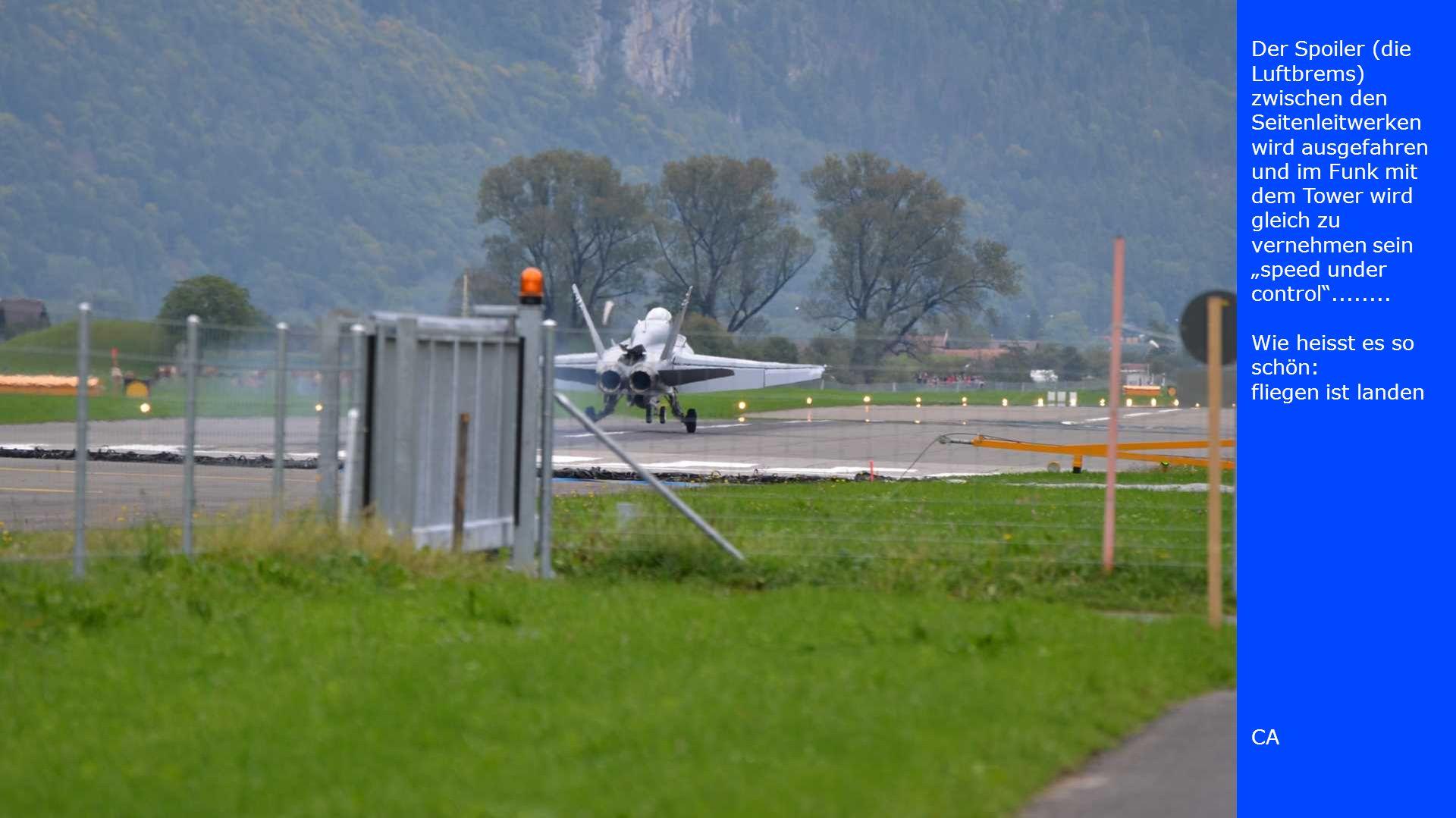 Der vierte F/A-18 beschleunigt und rollt ebenfalls zum Start.