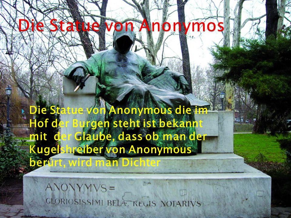 Die Statue von Anonymous die im Hof der Burgen steht ist bekannt mit der Glaube, dass ob man der Kugelshreiber von Anonymous berürt, wird man Dichter