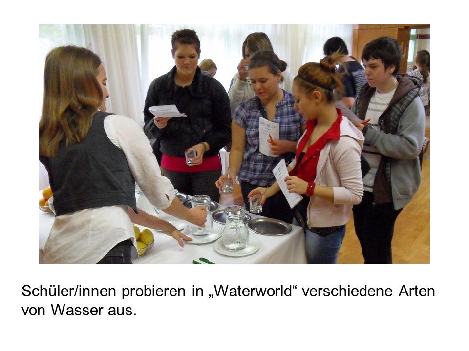 Schüler/innen probieren in Waterworld verschiedene Arten von Wasser aus.