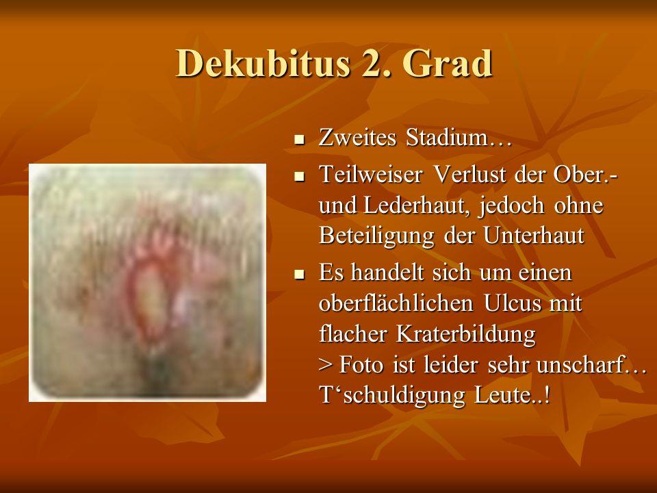 Dekubitus 1. Grad Dekubitus 1. Grad Erstes Stadium… Erstes Stadium… Scharf begrenzte Hautrötung z.B. hier im Sacralbereich, (über der Pofalte) Scharf