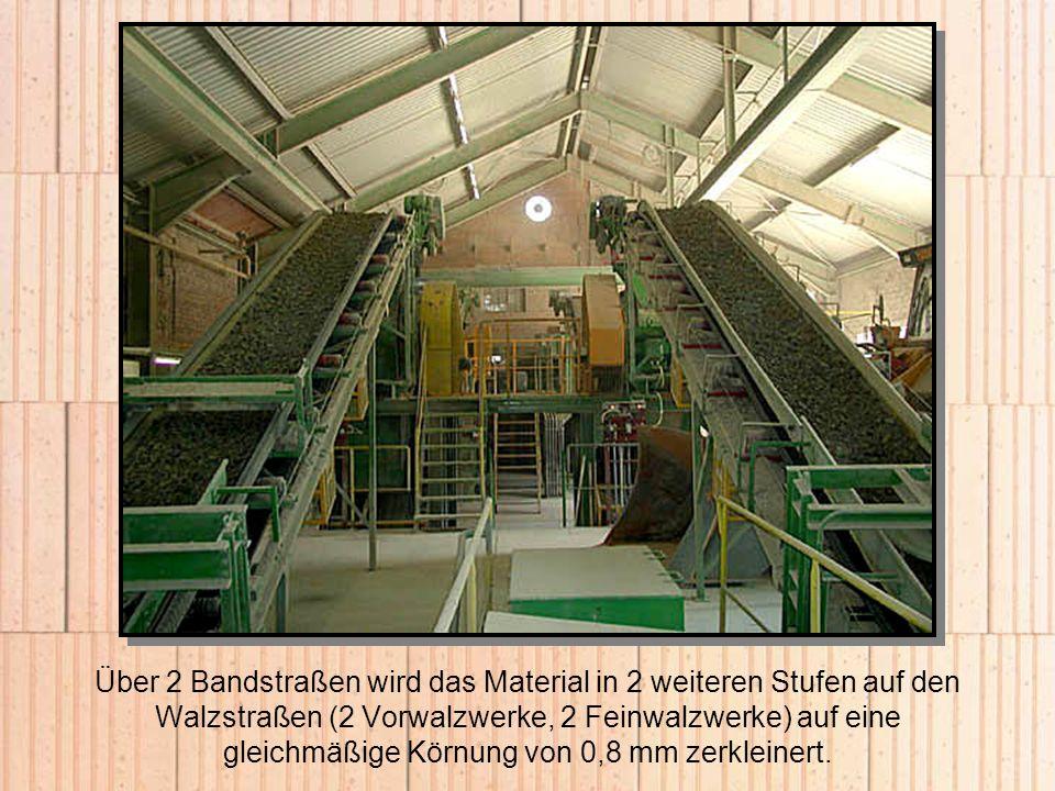 Über 2 Bandstraßen wird das Material in 2 weiteren Stufen auf den Walzstraßen (2 Vorwalzwerke, 2 Feinwalzwerke) auf eine gleichmäßige Körnung von 0,8