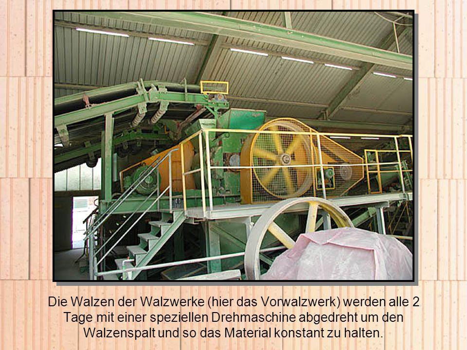 Die Walzen der Walzwerke (hier das Vorwalzwerk) werden alle 2 Tage mit einer speziellen Drehmaschine abgedreht um den Walzenspalt und so das Material