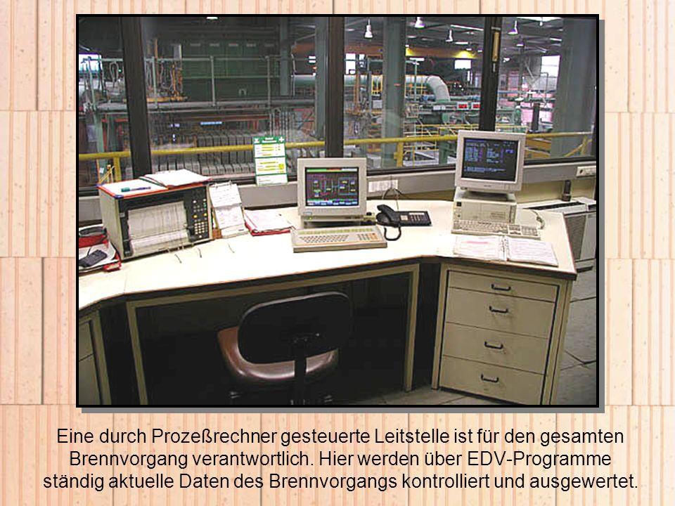 Eine durch Prozeßrechner gesteuerte Leitstelle ist für den gesamten Brennvorgang verantwortlich. Hier werden über EDV-Programme ständig aktuelle Daten