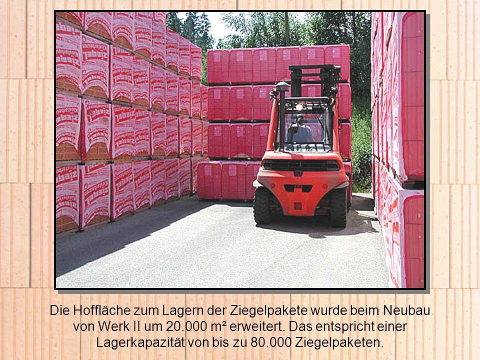 Die Hoffläche zum Lagern der Ziegelpakete wurde beim Neubau von Werk II um 20.000 m² erweitert. Das entspricht einer Lagerkapazität von bis zu 80.000