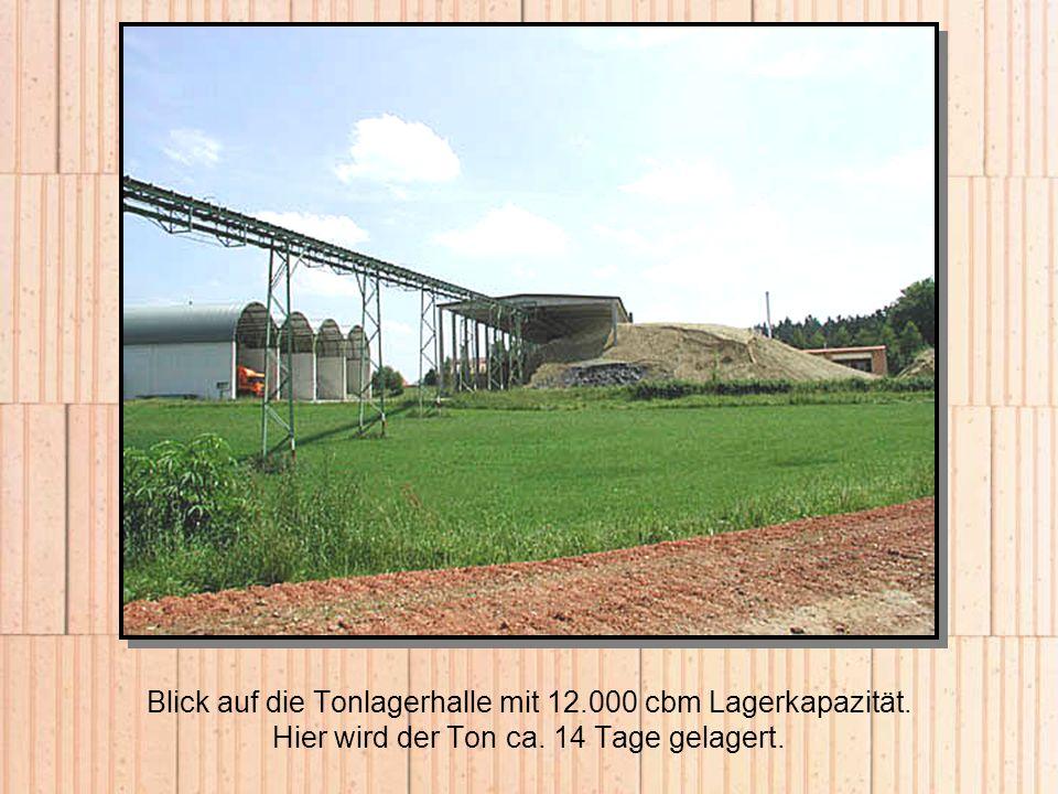Blick auf die Tonlagerhalle mit 12.000 cbm Lagerkapazität. Hier wird der Ton ca. 14 Tage gelagert.