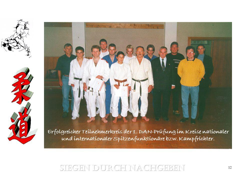 12 Erfolgreicher Teilnehmerkreis der 1. DAN-Prüfung im Kreise nationaler und internationaler Spitzenfunktionäre bzw. Kampfrichter.
