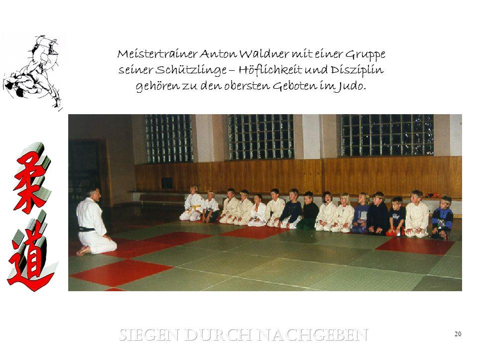 20 Meistertrainer Anton Waldner mit einer Gruppe seiner Schützlinge – Höflichkeit und Disziplin gehören zu den obersten Geboten im Judo.